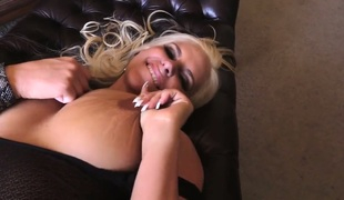 Curvy MILF Phoenix Marie shows her love for huge black pecker