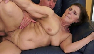 Hungry and bulky gilf gives blowjob to a young dude