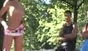 tenåring utendørs offentlig striptease