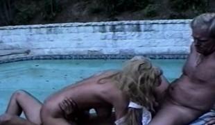 blonde gangbang utendørs blowjob trekant