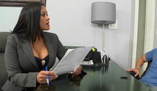 brunette milf store pupper kåt kontor