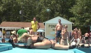 virkelighet utendørs fitte thong bikini