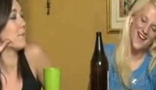 brunette blonde lesbisk store pupper fingring