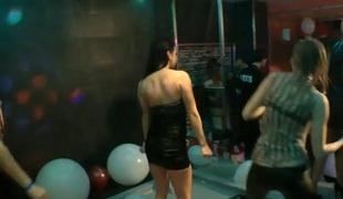 brunette fest våt orgie