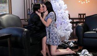 brunette lesbisk milf lingerie strømper