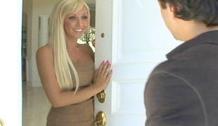 bakfra blonde langt hår upskirt fingring