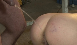 Footworshipping submissive playgirl pissed on